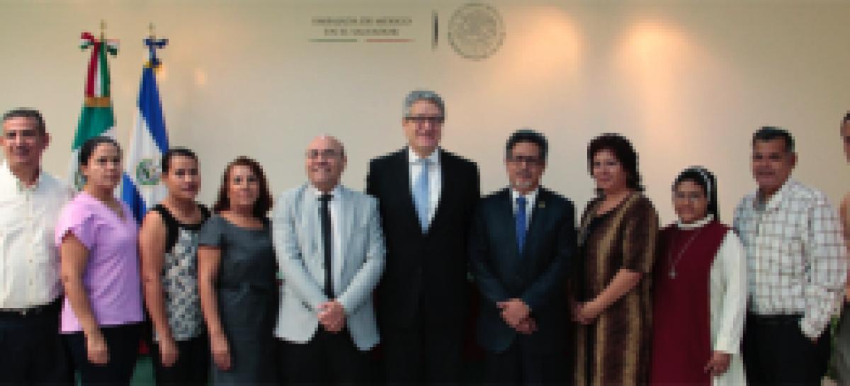 EL SALVADOR.-Entrega de recursos económicos a planteles escolares